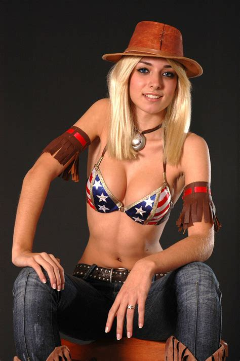 Video Game Cosplay: Dead or Alive - Tina Armstrong Cosplay